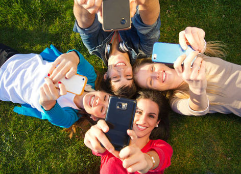 Photo jeunesse avec portable